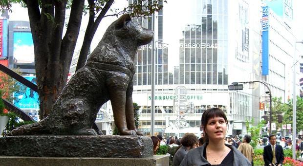Moi à côté de la célèbre statue d'Hachiko devant la gare de Shibuya à Tokyo